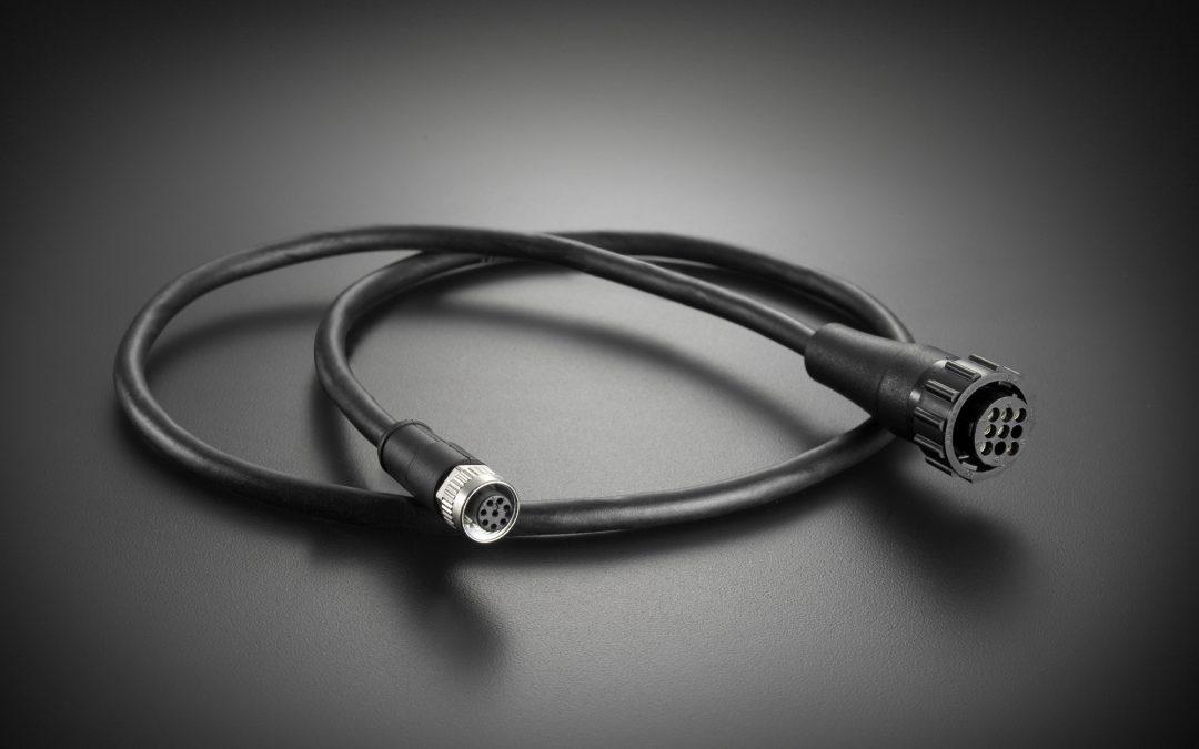 Vibrationssichere Rundsteckverbinder mitisolierender und zugentlastender Umspritzung