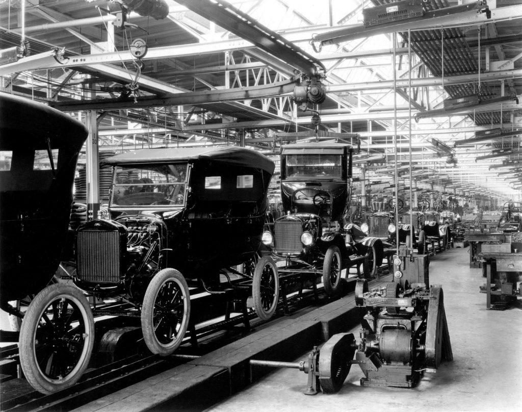 1918 führte Ford die Fließbandproduktion ein und erreichte einen Produktivitätssprung in der Automobilfertigung.