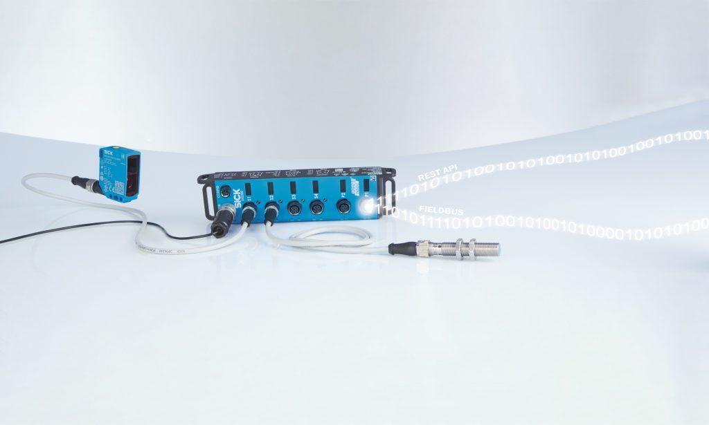 Der IO-Link-Master SIG200 ermöglicht es, prozessnahe Steuerungsfunktionen zu erstellen. Mit DualTalk ist das Gerät in der Lage, zeitgleich sowohl per Feldbus mit der Maschinensteuerung zu kommunizieren als auch Daten mit der Cloud auszutauschen.
