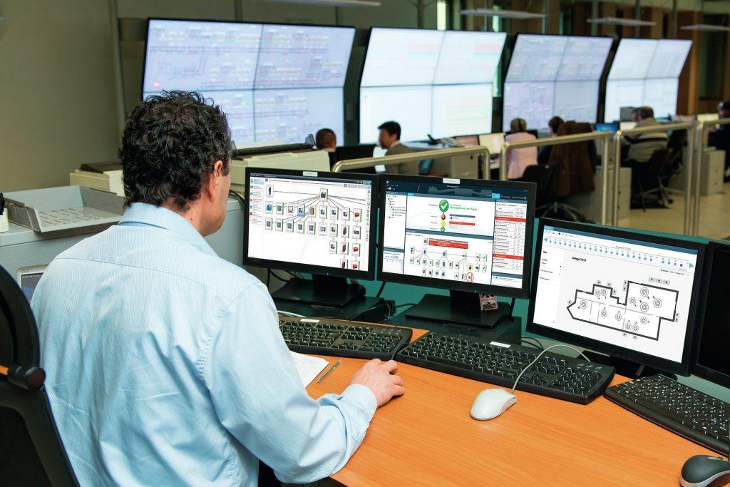 Bild 2: Alles im Blick: Mit der Monitoring-Software PROmanage NT lassen sich die Netzwerktopologien (linker Monitor), der Netzwerkgesamtzustand bis hin zu Einzelgeräteinformationen (Mitte) und deren Verortung im Hallenlayout (rechts) zentral überwachen.