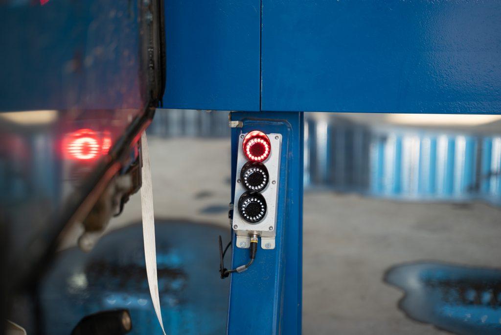 Wenn der rote LED-Ring leuchtet, stoppt der Fahrer das Zurücksetzen.