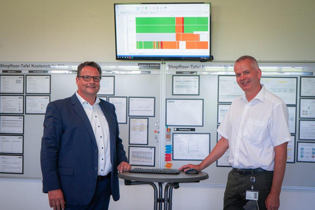 Geschäftsführer Gerhard Schöll und Produktionsleiter Frank Laurin beim täglichen Shopfloor-Meeting in der Fertigung.