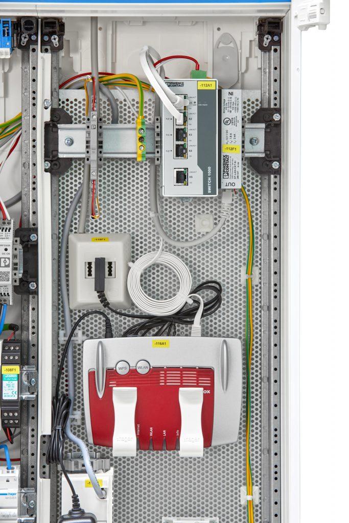 Durch die hohe Übertragungsbandbreite bis zu 1,5GBit/s eignet sich das Schutzgerät (oben links auf der Tragschiene) auch für besonders leistungsfähige Modems (unten Mitte) im Schaltschrank.