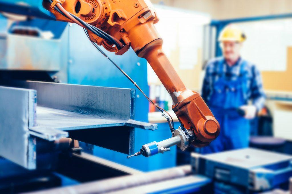 Mensch und Maschine rücken näher zusammen, kein Zaun trennt sie mehr und Prozesse wie Handreichungen werden möglich, was die Produktionsabläufe verbessert.