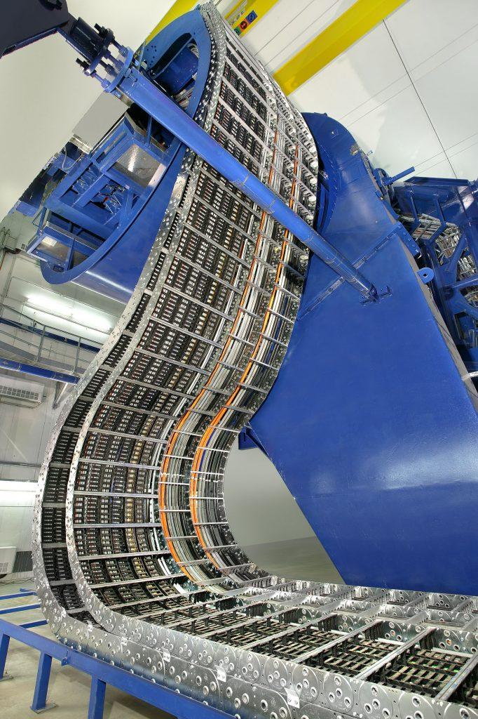 Für eine Gantry im Heidelberger Ionenstrahl-Therapiezentrum wurden verschieden große Stahlketten in Mehrbandanordnung in Kombination mit Kunststoffketten angeordnet.