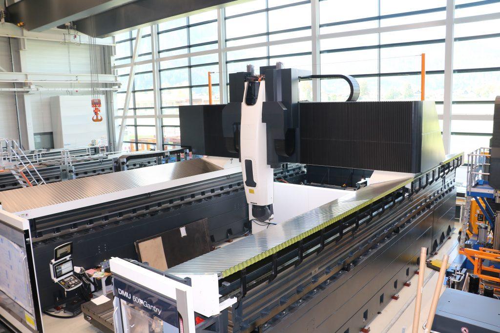 XXL-Center bei Deckel Maho Pfronten: Die DMU 600 Gantry linear steht bei der Bearbeitung insbesondere für hohe Anforderungen an Konturtreue.