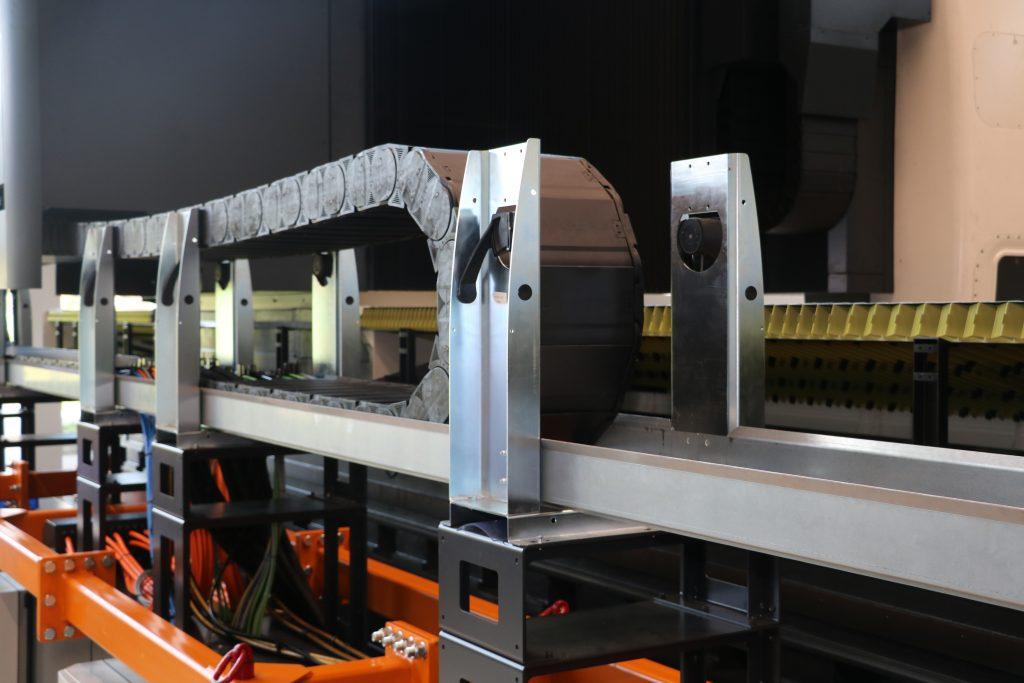 Die Guidelok-Rollenhalter fahren beim Vorbeifahren selbsttätig ein und aus und verhindern somit eine Berührung von Obertrum und Untertrum der Energiekette.