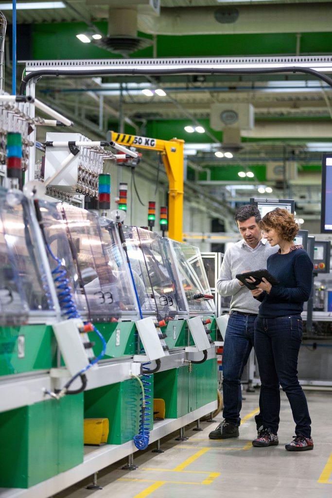 Mit dem Tablet durch die Fabrikhalle. Für eine noch engere Verzahnung von IT und OT setzt Schneider Electric fortan auf hardwareunabhängige Automatisierung.