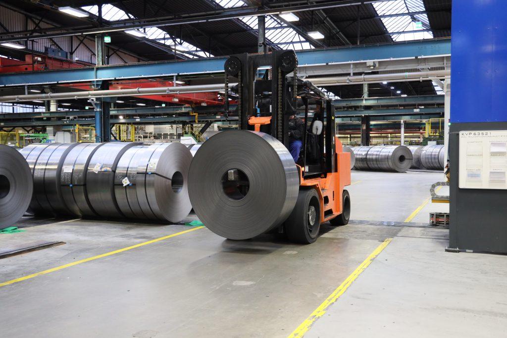 Spezielle Coil-Stapler transportieren tonnenschwere Lasten. Die eingeschränkten Sichtverhältnisse erfordern höchste Konzentration vom Fahrer.
