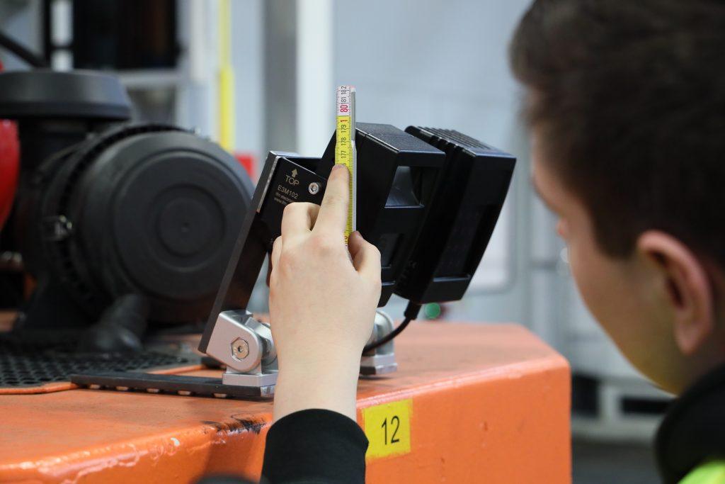 Zur Einrichtung des Systems muss der Anwender lediglich einmalig Höhe und Neigungswinkel der Kamera sowie die Fahrzeugbreite messen und in der Steuerung eingeben.