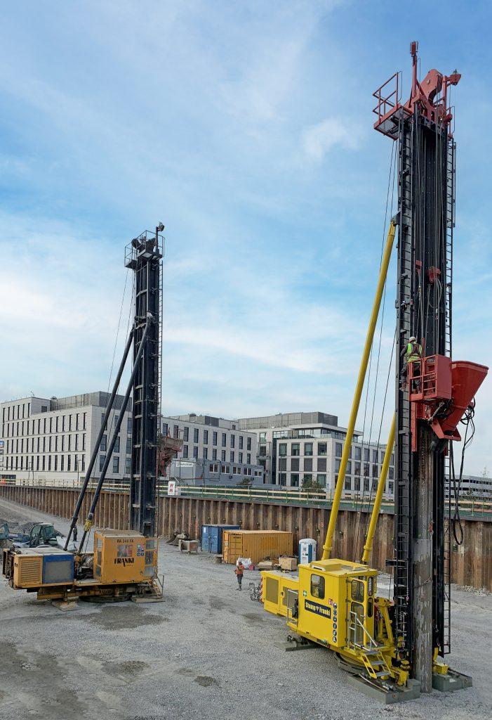 Die Franki-Rammen im Einsatz: Mit enormem Gewicht fällt der Freifallbär in das Vortreibrohr, um Beton und Kies zum stabilen Fuß des Gründungspfahls zu verdichten.