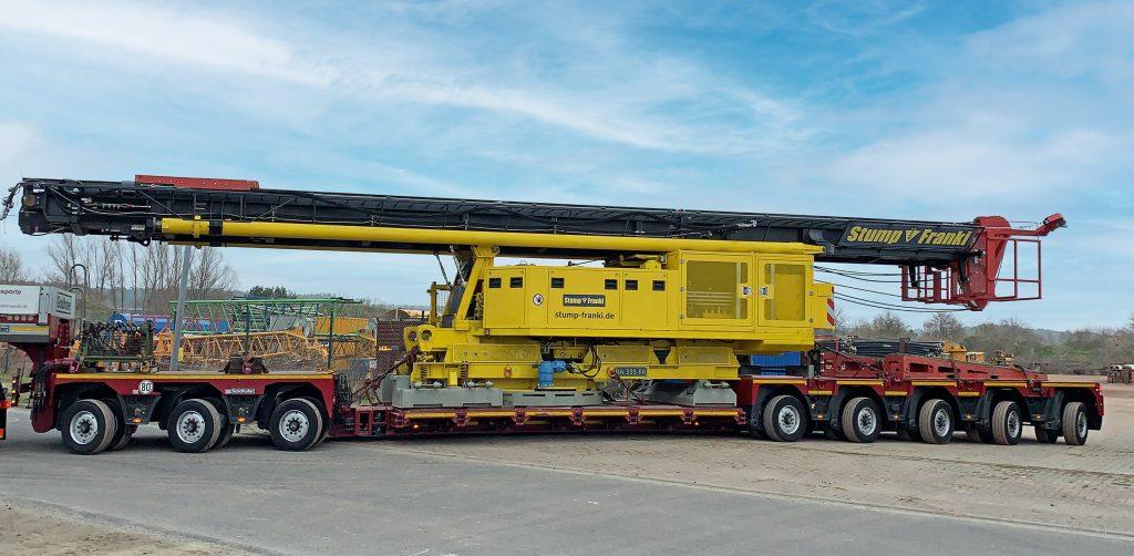 Die Rammgeräte sind flexibel einsetzbar und werden mit Spezialtransportern zur jeweiligen Baustelle verbracht.