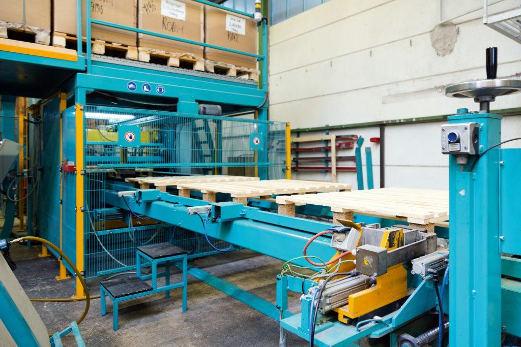 Die Transportstrecke befördert die Paletten von  der Montagemaschine zum Folienauflegesystem.