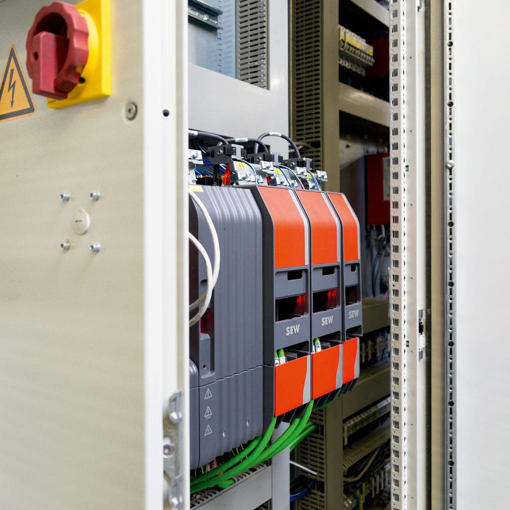Der kompakte Schaltschrank beinhaltet die Umrichter der Baureihe Movidrive modular Double MDDA.