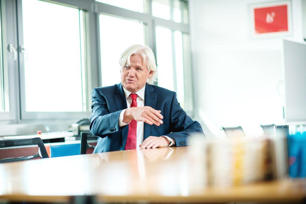 """Die Halbleiterbranche weiß durchaus  zu schätzen, dass der Industriebereich ein  sehr stabiler und langfristiger Markt  mit guten Margen ist. Hans Beckhoff, geschäftsführender Gesellschafter von Beckhoff Automation""""Die Halbleiterbranche weiß durchaus zu schätzen, dass der Industriebereich ein sehr stabiler und langfristiger Markt mit guten Margen ist."""" Hans Beckhoff, geschäftsführender Gesellschafter von Beckhoff Automation"""